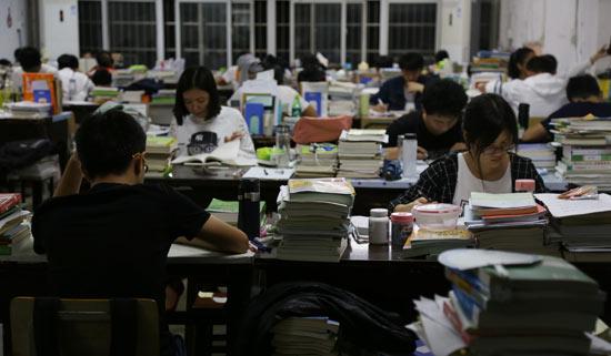 部分学生备战考研复习到深夜 视觉中国供图