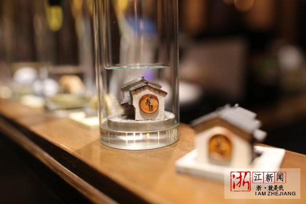 乌镇景区一家饮品店设计的第四届世界互联网大会带有乌镇特色建筑的纪念款茶杯。