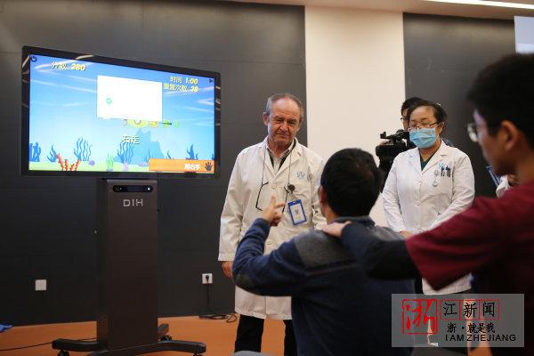 浙江雅达国际康复医院,患者进行VR康复。
