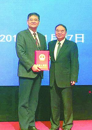 贺泓(左)当选中国工程院院士。(中科院城市环境研究所供图)