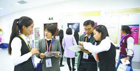 厦门理工学院参赛学生向来宾介绍项目