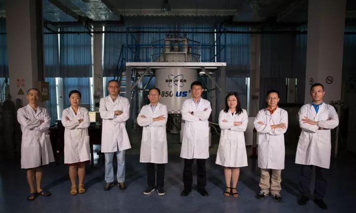 """哈佛""""八博士""""王文超、张欣、张钠、王俊峰、刘青松、刘静、林文楚、任涛(从左至右)在中科院合肥物质科学研究院强磁场科学中心。(图片来源:新华网)"""
