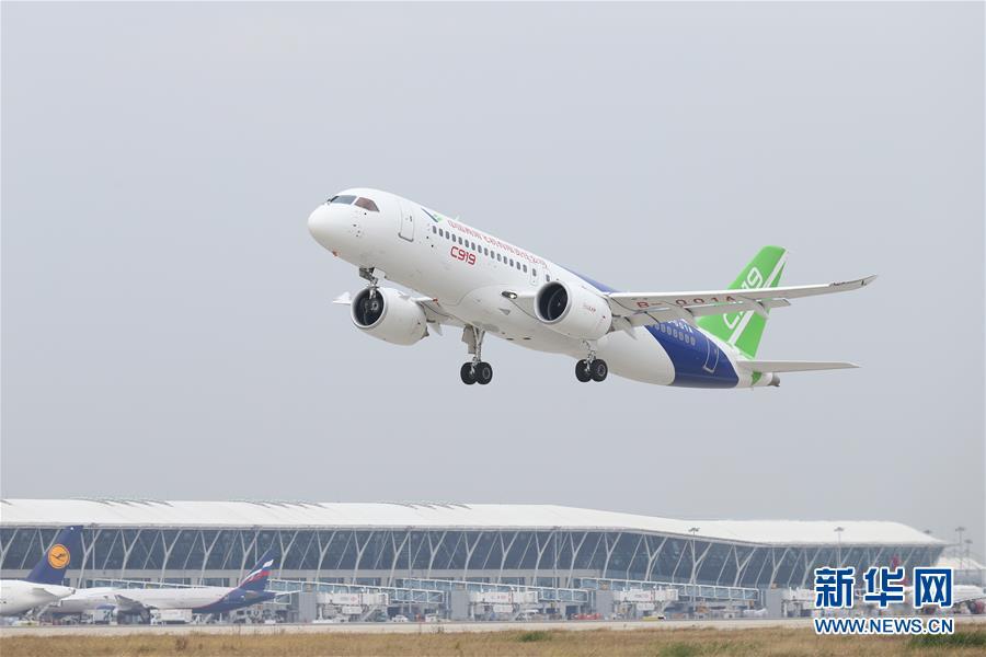 11月10日,我国自主研制的C919大型客机在上海浦东国际机场起飞。