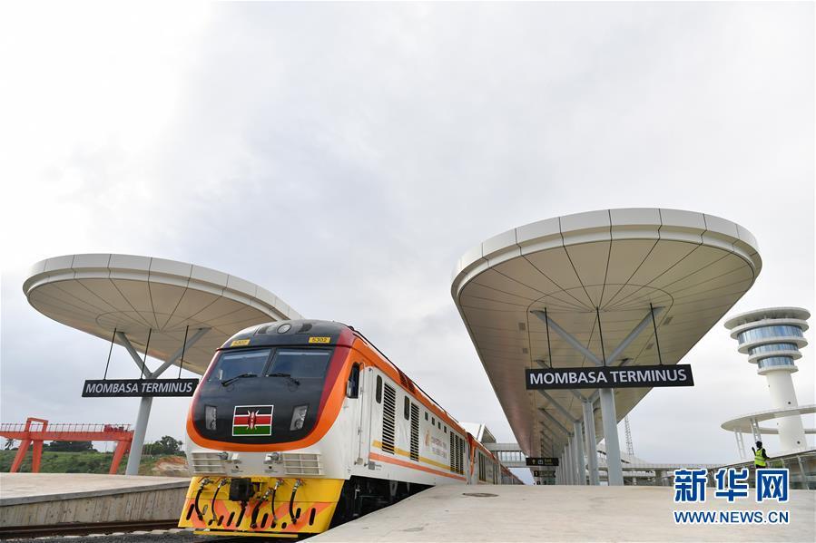 6月1日,一列旅客列车停靠在肯尼亚蒙内铁路蒙巴萨西站,准备驶向首都内罗毕。