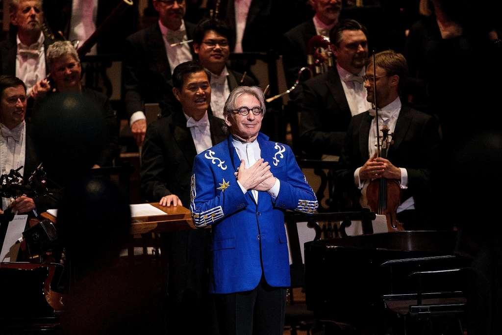 """观众在托马斯70岁庆典音乐会上为其合唱""""生日快乐歌"""""""