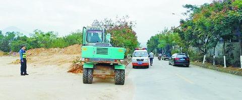 执法人员调来挖掘机,强制拆除私建的平交路口。(市公路局供图)