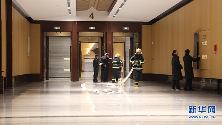 图为工作人员检查消防设施。(新华网 马江摄)