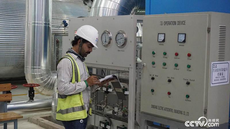 发电厂内巴基斯坦员工对设备进行检测