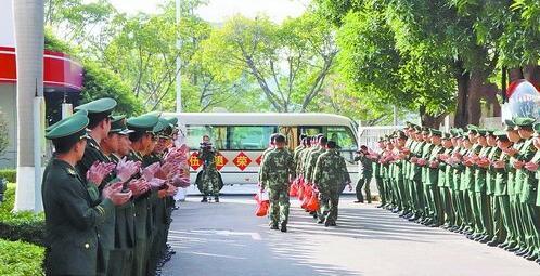 战友列队欢送退役消防老兵