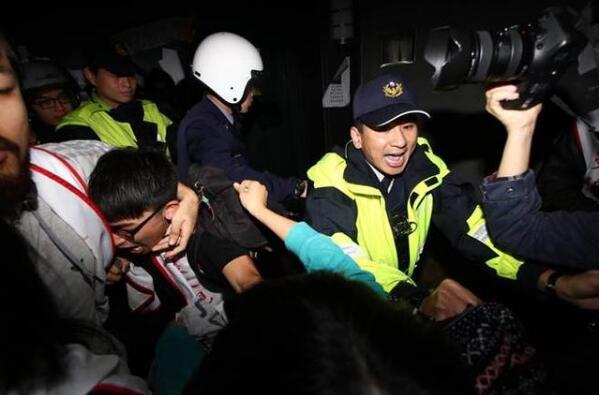 抗议学生疑似与警察爆发冲突。