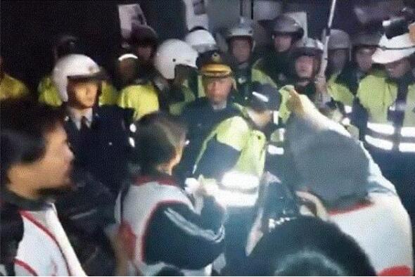 抗议者包围赖清德官邸,与警方对峙。