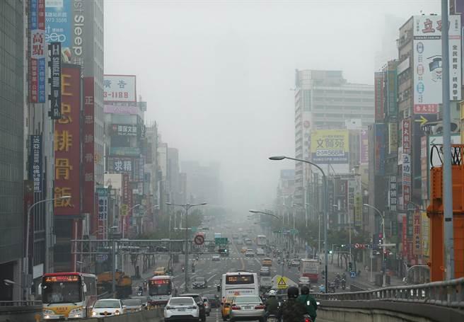 11月29日清晨从中博路桥远眺高雄市区一片灰蒙,能见度极差,远方高雄地标85大楼几乎完全消失不见,只能极隐约看到一点点大楼身影。
