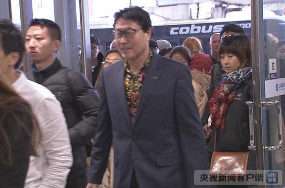 东航MU5030航班降落浦东机场 滞留巴厘岛164名游客回国