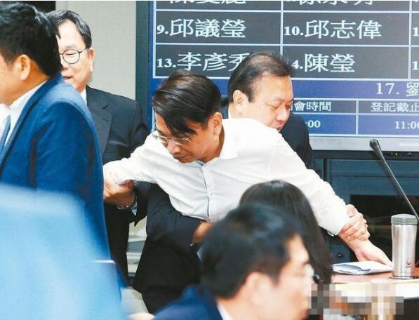 """""""一例一休劳基法修法""""20日于""""立法院委员会""""初审,徐永明(中)强占质询台。"""