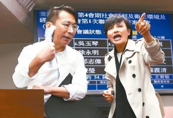 """徐永明(左)遭邱议莹(右)讽""""你们太阳花已崩溃了""""。"""