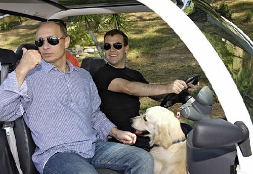 """图为时任俄罗斯总统梅德韦杰夫在总统官邸为时任俄罗斯总理普京""""当司机""""。"""