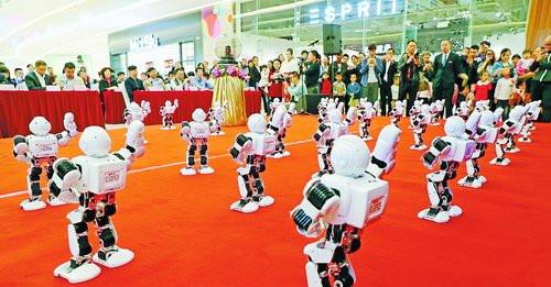去年湖里魅力购上,精彩炫酷的机器人舞蹈表演引人注目。
