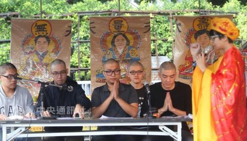 """台湾""""过劳功德会""""3日在行政机构前举办""""过劳大悲功德大法会-集诵'劳基法经'""""活动,在法师的带领下集体唱诵""""劳基法经""""。"""
