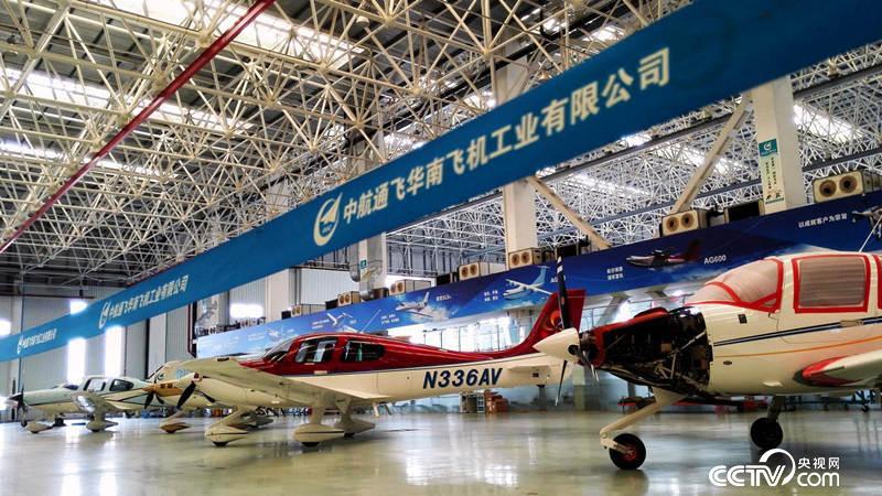 """中航通用飞机有限责任公司珠海基地总装车间   作为世界上最大的水陆两栖飞机,AG600也被称为国产大飞机""""三剑客""""之一,是""""三剑客""""中最后一个亮相的机型,也是中国航空工业领域非常特殊的一名成员。   黄领才介绍,我国幅员辽阔,森林覆盖较大,领海也同样宽阔,在森林灭火和水上救援方面有着迫切需要,由于这种两栖飞机结构复杂,目前在全球也只有少数国家具有研制能力。   AG600,完全是我国自主创新研制的大飞机。""""虽然国外有相关技术,但无法借鉴,我们完"""