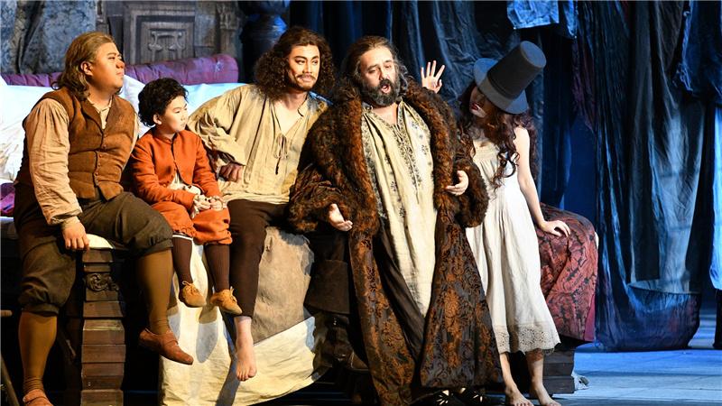 第一幕第一场,法斯塔夫与巴多夫、皮斯托拉一起在其家中聊他的情书计划