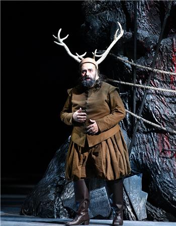 第三幕第二场,法斯塔夫身穿猎人装再次出现