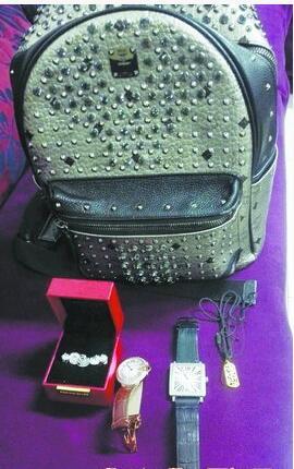 落在飞机上的背包和物品。(机场供图)