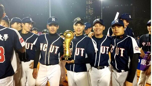 赛后,北方工业大学的台湾球员王浩亚手捧冠军奖杯与队友一起合影留念。
