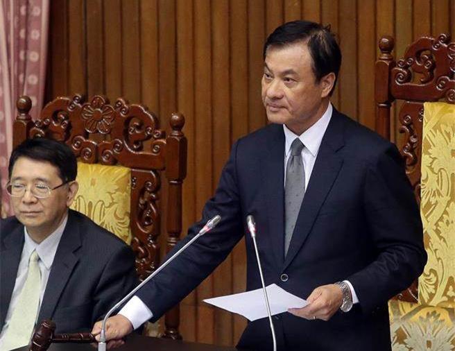"""台湾""""立法院""""5日审查""""促进转型正义条例"""",""""立法院长""""苏嘉全(右)敲槌宣布通过。"""