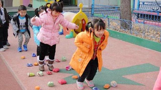 此次北京市全面实施幼儿园责任督学挂牌督导工作,并将在未来多措并举,加强监督监管,规范幼儿园办园行为。    记者在北京市东城区东华门幼儿园了解到,全市幼儿园督导行动启动后,责任督学公示标牌将悬挂在园所的外墙,明示责任督学的姓名、照片、联系方式和督导事项,家长可以随时联系责任督学反映意见。    东城区东华门幼儿园园长郝建秋说:我们现在开通了督导热线,有专门的邮箱,有专门的接热线的老师,他会把每块的意见,根据不同的园所会反馈回去,大家再制订整改措施。