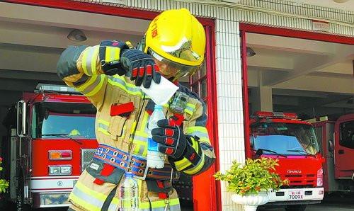 消防人员全副武装进行实验