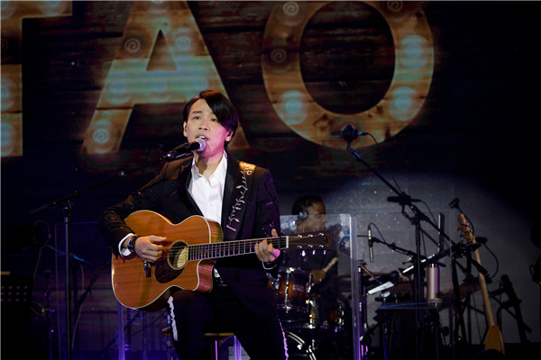 一开场,陶喆先演唱首张专辑第一首经典情歌《飞机场的10:30》引爆全场