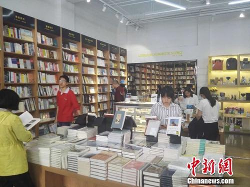 """资料图:北京""""言几又""""书店内,不少人正在浏览图书。"""