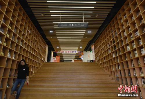 资料图:位于福州鳌峰书城的新华书店,经过重新装修后焕然一新。店内设有咖啡厅,并提供舒适的桌椅供客人阅读,令顾客在此流连忘返。