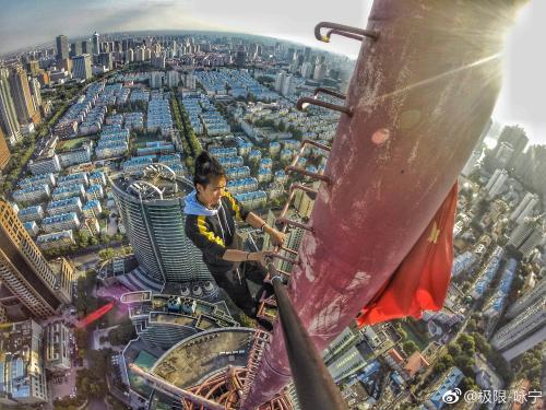 """资料图:自称国内""""高空挑战第一人""""的吴咏宁。"""