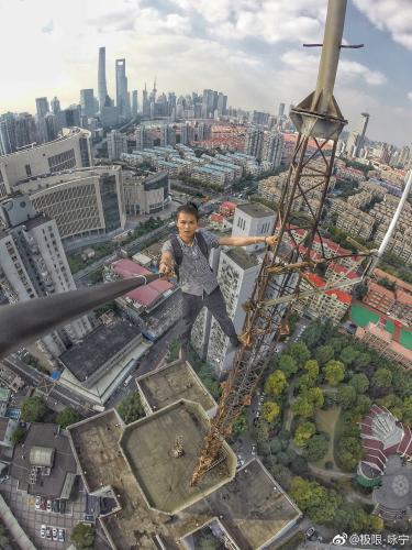 资料图:吴咏宁进行高楼攀爬。