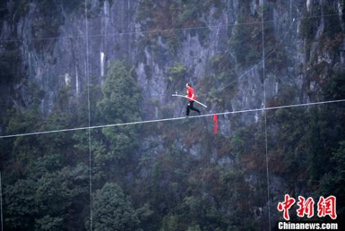 资料图:瑞士的弗雷迪·诺克正在进行跑钢丝比赛。