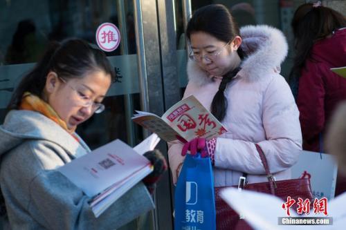 12月10日,山西太原一公务员考点,考生在考前抓紧时间复习。 中新社记者 武俊杰 摄