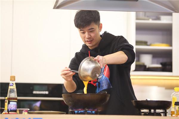 [陈赫《青春旅社》厨艺惊人 被黄色火焰烧到了!