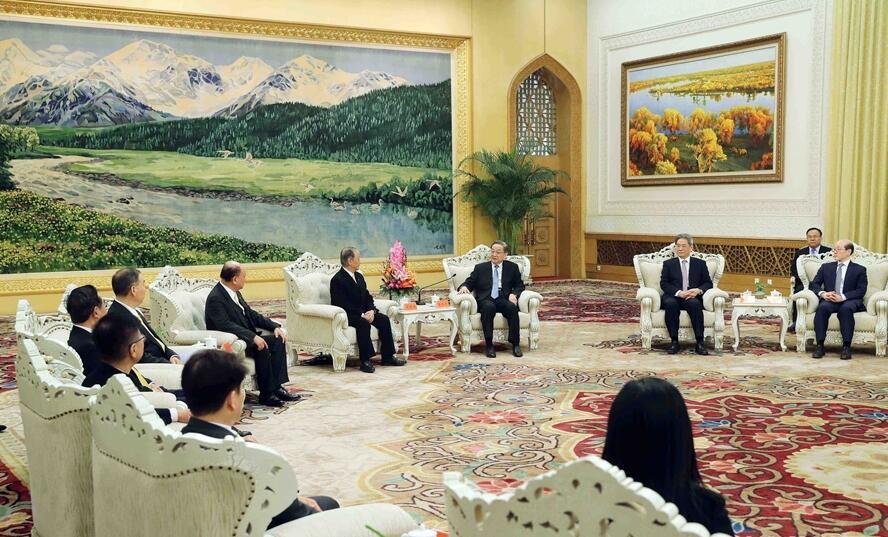 12月11日,全国政协主席俞正声在北京人民大会堂会见新党主席郁慕明率领的新党大陆访问团。