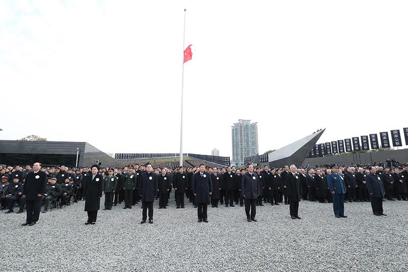 12月13日上午,中共中央、全国人大常委会、国务院、全国政协、中央军委在南京隆重举行南京大屠杀死难者国家公祭仪式。习近平、俞正声等党和国家领导人出席仪式。