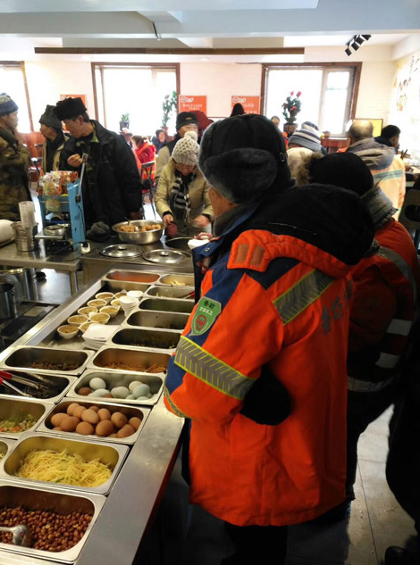 The sanitation workers have free lunch in the restaurant. [Photo provided to chinadaily.com.cn]