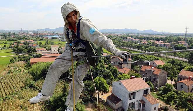 胡洪炜在高压线路上处理线路缺陷。