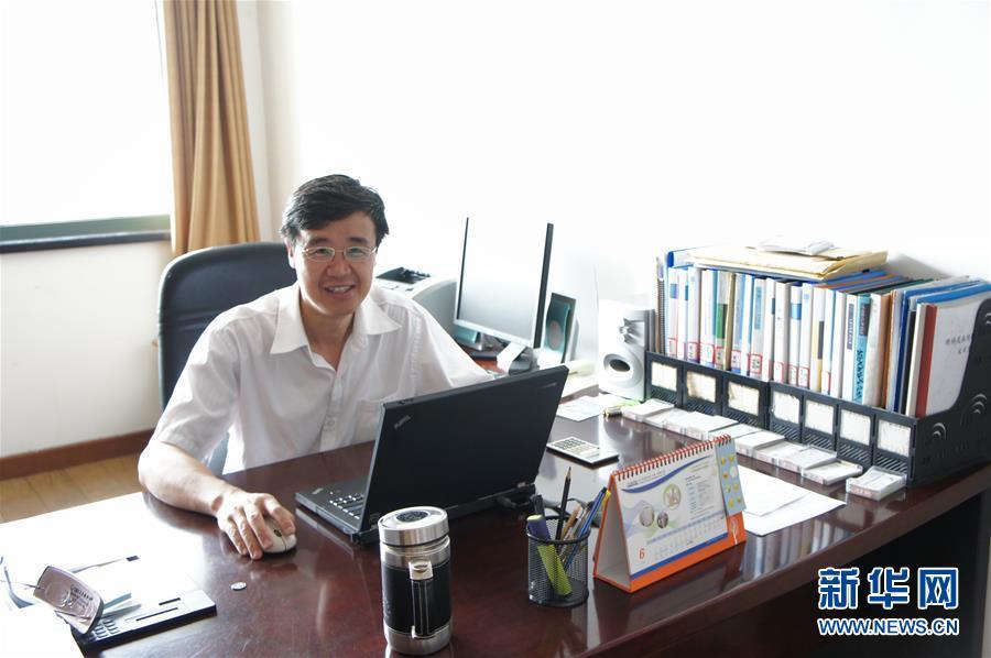 这是王一成在浙江省农业科学院畜牧兽医研究所办公室内的工作照(资料照片,2012年6月摄)。