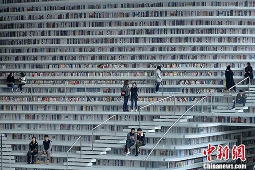 资料图:天津滨海图书馆 中新社记者 佟郁 摄