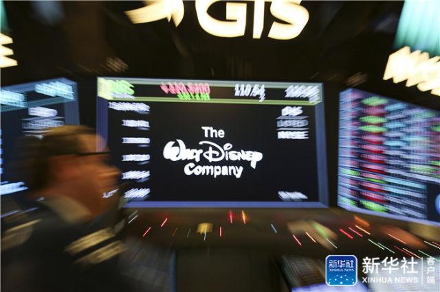 12月14日,在美国纽约证券交易所,电子显示屏上显示华特迪士尼公司的股票交易情况。新华社记者 王迎 摄