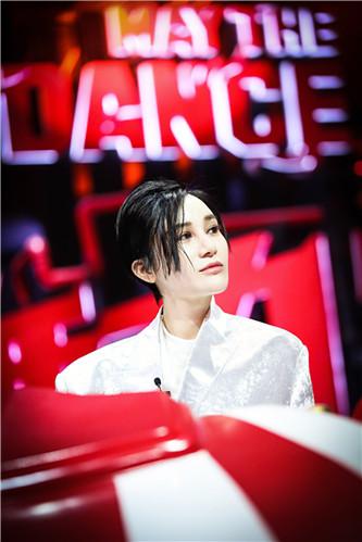 [《舞力觉醒》向经典致敬 尚雯婕自爆年龄遭苏醒调侃