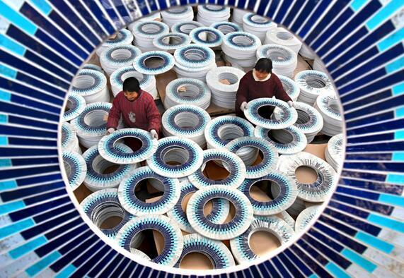 农民在山东省沂源县历山街道彩板峪村一玻璃工艺品企业车间劳动。