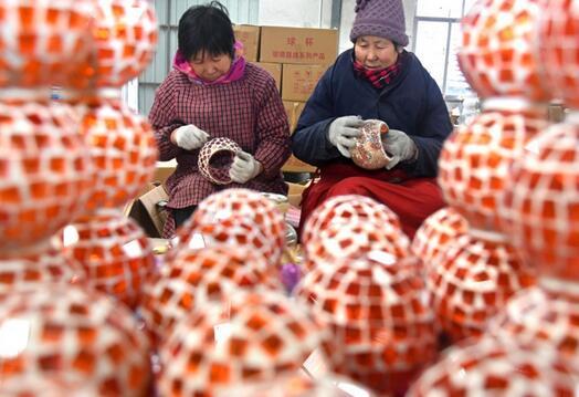 农民在山东省沂源县历山街道一玻璃工艺品企业车间劳动。