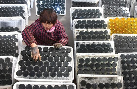 农民在山东省沂源县悦庄镇东埠村一玻璃制品企业车间劳动。