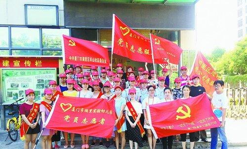 社会团体、社区居民自发地穿上红马甲、戴上红袖标,成为一名平安志愿者。